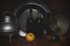 Het stilleven van de flamencostijl, metaalvoorwerpen, flessen en appel Royalty-vrije Stock Afbeeldingen