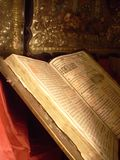 Het stilleven van de godsdienst met antieke Bijbel royalty-vrije stock afbeelding