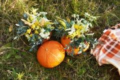 Het stilleven van de herfst Boeket van bloemen Oranje Pompoen Royalty-vrije Stock Fotografie