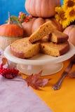 Het stilleven van de herfst Eigengemaakte Pompoenpastei voor Thanksgiving day Stock Afbeeldingen