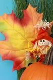 Het stilleven van de herfst met blad, vogelverschrikker, pompoen Stock Fotografie
