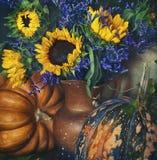 Het stilleven van de herfst mooie pompoen stock fotografie