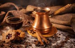 Het stilleven van de koffie Hete koffie, eigengemaakte koekjes en kruiden royalty-vrije stock afbeeldingen