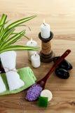 Het stilleven van het KUUROORD met aromatisch brandend kaarsen, stenen, handdoek en lavendelbadzout Royalty-vrije Stock Foto