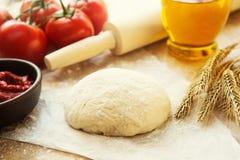 Het stilleven van het pizzadeeg Stock Foto