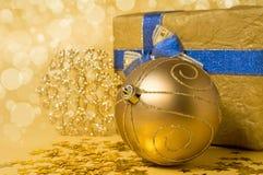 Het stilleven van Kerstmis in gouden tonen Stock Fotografie