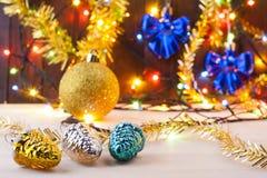 Het Stilleven van Kerstmis Nieuwe Year& x27; s speelgoed op de lijst Nieuwe jaaruitnodiging Stock Afbeelding
