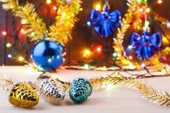 Het Stilleven van Kerstmis Nieuwe Year& x27; s speelgoed op de lijst Nieuwe jaaruitnodiging Stock Foto