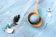Het stilleven van Pasen met blauwe ei en veer Stock Foto