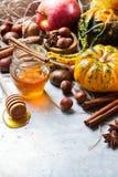 Het stillevensamenstelling van Halloween van de de herfstdaling met de kastanje van pompoennoten Stock Foto's