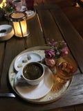 Het stimuleren van Turkse koffie met een glas water stock foto's