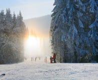 Het stof van de sneeuw verblindt het glanzen op de winter het skiån helling Royalty-vrije Stock Afbeeldingen