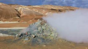 Het stomen van fumarolen in IJsland stock videobeelden