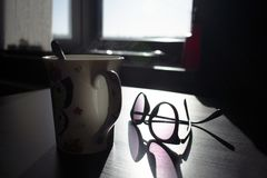 Het stomen van koffiemok met glazen stock afbeelding
