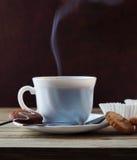 Het stomen van Kop Hete Koffie en Koekjes Stock Fotografie
