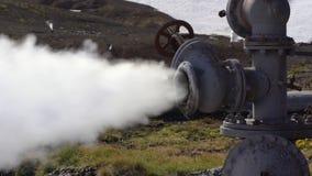 Het stoom-water van de inzoomenmening natuurlijke thermische minerale emissie van geologisch goed stock video