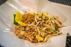 Het stootkussen Thai, beweegt gebraden gerechtnoedels met garnalen Stock Foto