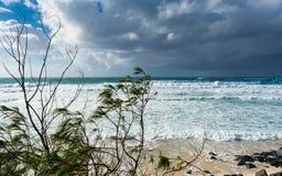 Het stormachtige weer in de zomerdag met cumulus grijze wolken op het strand in Gouden Kust, Australië royalty-vrije stock fotografie