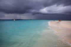 Het stormachtige weer, onweer komt aan het Maldivian strand Stock Foto