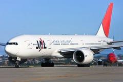 Het straallijnvliegtuig van Japan Airlines op baan stock foto
