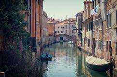 Het straatkanaal stak met oude huizen en boten, Venetië, Italië aan royalty-vrije stock afbeeldingen