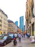 Het straatleven in Muenchner strasse in Frankfurt Royalty-vrije Stock Foto's