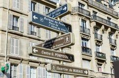 Het straatteken met richtingen in Parijs Royalty-vrije Stock Afbeeldingen