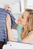 Het stralende vrouw naaien in de keuken Royalty-vrije Stock Afbeelding