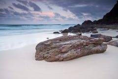 Het strand bij schemering Royalty-vrije Stock Fotografie