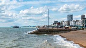 Het strand in Brighton en Gehesen met de verlaten westelijke pijler Royalty-vrije Stock Afbeeldingen
