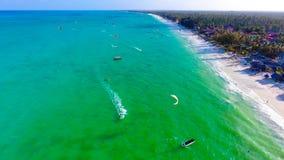 Het strand die van Zanzibar Paje-satellietbeeld kitesurfing stock fotografie