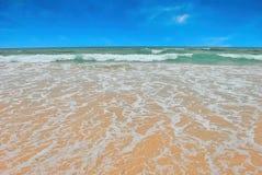 Het strand en de Blauwe Hemel Royalty-vrije Stock Fotografie