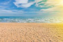 Het strand en de blauwe hemel met zonlicht Stock Fotografie