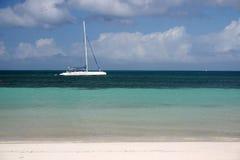 Het strand en de boot van Cuba Stock Foto's