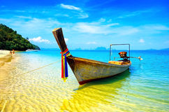 Het strand en de boot van Thailand stock foto's