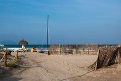 Het strand en de catamaran kunnen binnen Picafort, Spanje Stock Fotografie