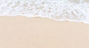 Het strand en de golf van het zand Royalty-vrije Stock Foto
