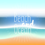 Het strand en de oceaan de zomer van het achtergrondgradiëntnetwerk Achtergrond voor reiskaarten Vector illustratie Stock Afbeelding
