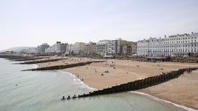 Het strand en de strandboulevard van Eastbourne met hotels en gebouwen West-Sussex stock video