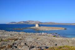 Het strand en de toren van La Pelosa in Sardinige, Italië Stock Foto's