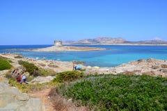 Het strand en de toren van La Pelosa in Sardinige, Italië Royalty-vrije Stock Afbeeldingen