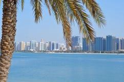 Het strand en de wolkenkrabbers van Abu Dhabi Royalty-vrije Stock Fotografie