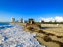 Het strand en het graafwerktuig van Miami Stock Foto's