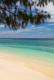 Het strand en het overzees van het paradijs op eiland, Eilanden Gili Stock Afbeelding