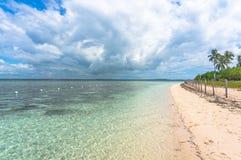 Het strand in Filippijns met turkoois water Stock Foto