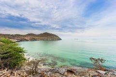 Het strand met blauwe hemel Stock Afbeeldingen