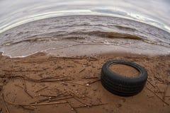 Het strand met de weggegooide band stock foto