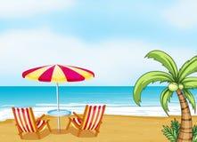 Het strand met een paraplu en stoelen Royalty-vrije Stock Afbeelding