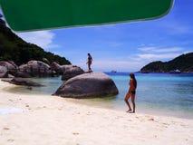 Het strand met toeristen Royalty-vrije Stock Foto's