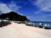 Het strand met toeristen Royalty-vrije Stock Fotografie